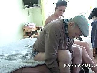 Papy leche la chatte et baise une jolie brunette qui adore le 69