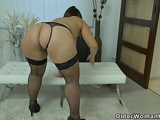 Well rounded milf rubs her throbbing clit