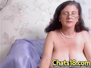 La abuelita traviesa tetas grandes se desnuda y masturba y toca muy caliente mostrando vagina tetas